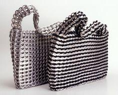Bolsos hechos con anillas de refrescos