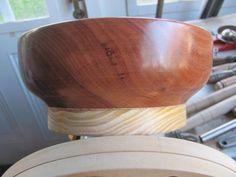 Mi primer trabajo en el torno - Hola a todos, finalice mi primer trabajo en el torno, un cuenco de una madera que tenía archivada y a punto de tirar, corte un pedazo de la misma y le pegué un trozo de madera de pino eliotis (la única que tenía para sacrificar) y luego del torneado quedó así: Serving Bowls, Wood Scraps, Pine, So Done, Manualidades, Bowls