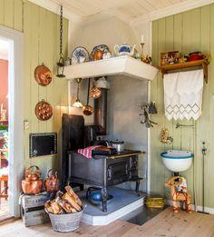 Jul i koselig sveitserhus | Magasinet Norske Hjem Furniture, Room, House, Interior, Scandinavian Home, Loft Bed, Home Decor, Kitchen, Kitchen Dining