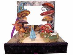 """Dia 5 de março estréia aqui a tão faladaadaptação de Tim Burton para """"Alice no país das maravilhas"""". De todos, todos os milhares de produtos lançados """"celebrando"""" Alice (livros, jóias, bijoux, esmaltes etc etc etc), eu achei lindo este estojo (edição limitada) de maquiagem da Urban Decay. Chama-se Box of Shadows (existem também outros motivos; …"""