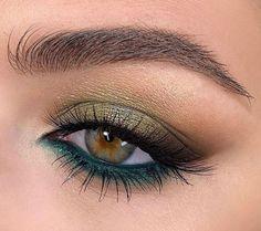 Makeup Looks For Green Eyes, Makeup Eye Looks, Green Makeup, Body Makeup, Kiss Makeup, Makeup Art, Hair Makeup, Green Eyeshadow Look, Eye Makeup Red Dress