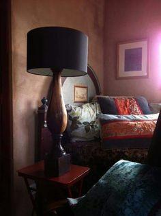 Lámpara con pie de madera tallada peruana