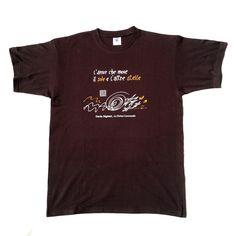 #magliette #pickabook - Divina Commedia - Dante - Pensieri, flussi e stelle stampate su una t-shirt. Il cotone racconta il viaggio più importante, per questo sarà presto la vostra t-shirt preferita. A dir poco celestiale. Non può mancare, per il look dell'uomo perfetto, un richiamo al sommo poeta, Dante, nel suo capolavoro. Total black con lampi d'oro, a rappresentare la bellezza del cielo infinito sopra di noi.