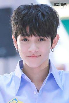 La verdad no me gusta mucho q los idols se pongan pendientes, pero bueno perdonó a Samuel, el es realmente lindo