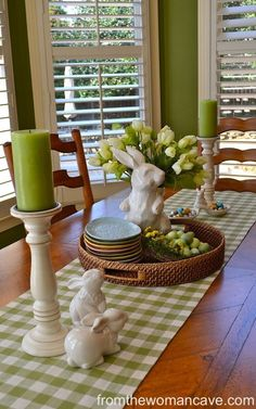 Easter is a spring holiday and the good news here is that you may use many colors and many natural materials to do the decoration. Here we are with our 20 Easter Table Setting Ideas For A Festive Atmosphere. Diy Ostern, Decoration Table, Centerpiece Ideas, Spring Decorations, Easter Centerpiece, Easter Table Decorations, Kitchen Table Centerpieces, Everyday Table Centerpieces, Easter Table Settings