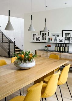 Feldman Architecture has built a townhouse in San Francisco with contrasting front and back sides, and a wrap around staircase that acts as an indoor swing. Elegant Dining Room, Dining Room Design, Interior Design Living Room, Kitchen Design, Modern Townhouse Interior, Contemporary Interior, Luxury Interior, Yellow Dining Room, Yellow Chairs