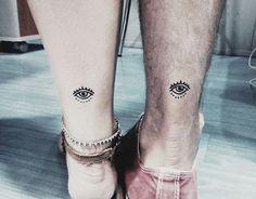 Tatuaje de henna de ojos en tobillo