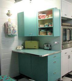 Love this appliance station/breakie bar! Kitchen Desk Areas, Kitchen Desks, Kitchen Retro, Turquoise Kitchen, Sell My House, Retro Renovation, Vintage Kitchen Decor, Retro Home, Kitchen Styling
