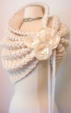 Pelerine em #trico com detalhe de flores em fitas de cetim. Ideal para os casamentos nos dias mais frios!