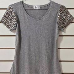 Beads, pearls or lace would dress up this top as well. Diy Fashion, Ideias Fashion, Fashion Outfits, Fashion Design, Diy Vetement, Diy Inspiration, Clothes Crafts, Couture, T Shirt Diy