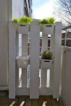 pallette garden with ikea trash bins