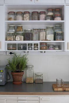 Diagnoosi:sisustusmania: Se on siinä Pantry Organisation, Kitchen Organization, Kitchen Dining, Kitchen Decor, Lakeside Cottage, Modern Retro, Country Decor, Bathroom Medicine Cabinet, Home Kitchens