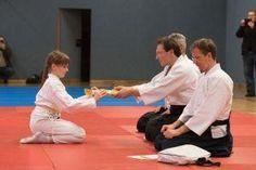 Aikido Kindertraining mit Aikido Kyuprüfungen in der Auhofschule, Linz - 8. April 2016: Überreichung des neuen Gürtels