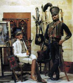 """UNIFORMES du 5ème Régiment de Hussards Mannequins du Musée de L'Empéri à Salon de Provence. Le hussard assis porte une petite tenue d'été en nankin, et est coiffé d'un bonnet à la polonaise : la """"confédératka"""". Le second, debout, porte un pantalon """"charivari""""."""