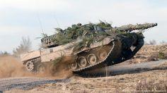 Leopard tanque 2 batalla durante una maniobraArabia comprando armas de guerra.