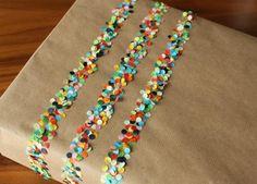 Streifen aus bunten Konfetti auf simplem braun Papier