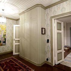 18 - Siirrytään remonttipölyn keskeltä lopputulokseen. Reilun vuoden kestäneen remontin jälkeen näyttää tältä, epämääräinen ja pilkottu eteinen on muuttunut uudestaan sisääntulohalliksi! Kuvan oikeassa reunassa olevat pariovet on asennettu uuteen oviaukkoon. Itse ovet ovat peräisin Suomen kasarmilta ja hankittu metsäkylän navetan kautta. Makulatuuripaperoidut seinät on tapetoitu Sandbergin hengittävällä Judith-paperitapetilla ja sekä jalka-, vuori- että jalkalistat on höyläytetty…