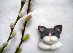 Needle felted cat brooch by CatsX on Etsy Wool Needle Felting, Needle Felted Animals, Wet Felting, Felt Animals, Crochet Fabric, Crochet Quilt, Felt Fabric, Wet Design, Felt Cat