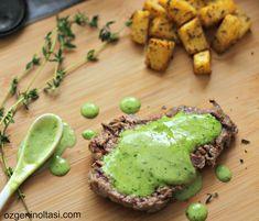 döküm tavada et pişirme, yeşil soslu bonfile, soslu bonfile, baharatlı patates, maydanozlu et sosu, staub tava
