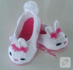 tavsanli-tig-isi-orgu-bebek-patikleri-yapilisi Knit Baby Booties, Booties Crochet, Crochet Shoes, Crochet Slippers, Crochet Gifts, Cute Crochet, Crochet Baby, Knitting Blogs, Baby Knitting