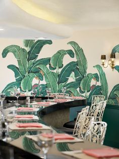 The Original Martinique Banana Leaf wallpaper at The Beverly Hills Hotel Fountain Coffee Room Tropical Home Decor, Tropical Houses, Tropical Style, Tropical Paradise, Tropical Interior, Tropical Furniture, Backyard Furniture, Tropical Colors, Tropical Design