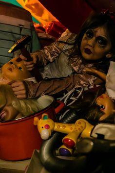 """"""" die blutige Puppe """" Eine Person mit einer seltenen Erkrankung, welche ihr das Aussehen von einem Kind gibt. Sie wächst nicht mehr als ein 6 jähriges Mädchen, leidet unter Schizophrenie, hat ein gefährliches Verhalten, ist extrem besitzergreifend und obsessiv. (Darkeness Projekt )"""