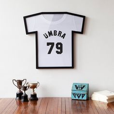 Umbra T-Frame T-Shirt. Umbra ha realizzato T-Frame T-Shirt, una cornice a forma di t-shirt ideale per quelle  del vostro giocatore o gruppo preferito o più semplicemente per incorniciare la vostra t-shirt preferita. Potete acquistarla qui.