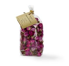 Getrocknete Rosenknospen, geeignet als Deko, Badezusatz, für Teemischungen oder zum Verfeinern von Speisen – jetzt bei Servus am Marktplatz kaufen.