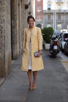 Helena Bordon con abrigo dorado