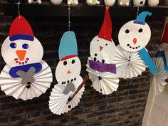 Snowman paperwaves - groep 4. Sneeuwpop van rozetten