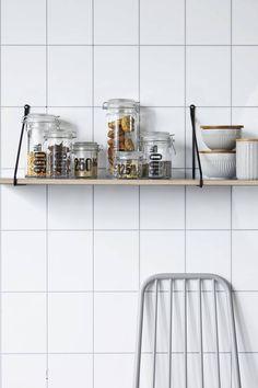 De Apart wandplank van Housedoctor is prachtig om te zien. Gebruik de plank in de keuken met een aantal voorraad potten er op, of juist gaaf als nachtkastje of in de woonkamer met vaasjes en cactussen.