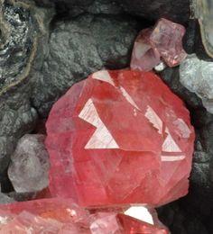 Rhodocrosite with Fluorite on Pyrolusite from Uchuc-Chacua Mine, Ojon Distr., Lima Dept., Peru [user/giorgiospiga/db_pics/pics/C547f.jpg]