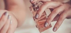 """""""A woman who does not wear perfume has no future,"""" said Coco Chanel. With a simple touch, even your fragrance has a longer future … Vaseline, Natural Hair Mask, Natural Hair Styles, Natural Beauty, Coco Chanel, Diy Beauty Hacks, Beauty Tips, Beauty Case, Daily Beauty"""