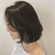 단발머리의 옆선까지도 사랑스럽게 컬러는 #애쉬 디자인은 #모즈펌 아름다운 선을 찾는게 중요해요 요즘들어 가르마와 라인의 중요성을 다시한번 깨닫는중이네요 : : :… Medium Hair Cuts, Short Hair Cuts, Medium Hair Styles, Curly Hair Styles, Hairstyles Haircuts, Pretty Hairstyles, Pelo Ulzzang, Asian Short Hair, Shot Hair Styles