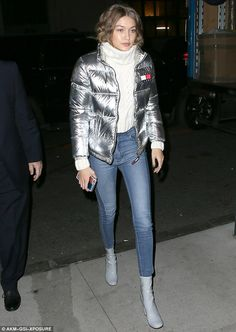 Gigi Hadid Stylish: The bundled up in a silver Tommy Hilfiger jacket with skinn Gigi Hadid Looks, Bella Gigi Hadid, Bella Hadid Style, Sports Illustrated, Star Fashion, Daily Fashion, Bella Hadid Outfits, Long Puffer Coat, Ankle Boots