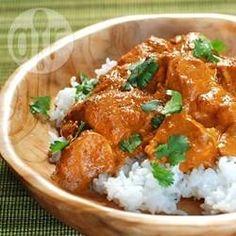 Dit is een recept voor kip curry met een dikke saus die kruidig is, maar niet te pittig. Je kunt meer seranopepers toevoegen voor meer pit.