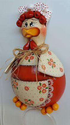 Porta pano de prato galinha vermelha 1 no Elo7 | Atelier.Menina Flor (C4AEF5) Christmas Colors, Christmas Bulbs, Mason Jar Art, Clay Pot People, Diy And Crafts, Arts And Crafts, Acrylic Painting Tutorials, Christmas Coloring Pages, Gourd Art