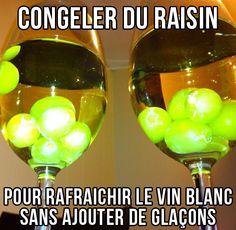 Astuce pratique et élégante pour rafraîchir le vin blanc : Congelez du raisin blanc. Cela évite les glaçons qui altèrent le goût en fondant.