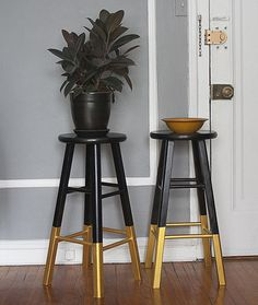 DIY dip paint cheap bar stools for interest // Black & Gold: Bar Stools, Dresser… DIY Dip Paint billige Barhocker für Interesse // Black & Gold: Barhocker, Kommode & Teppich The Wednesday AFTERNOON Scavenger Cheap Bar Stools, Gold Bar Stools, Diy Bar Stools, Diy Stool, Counter Stools, Gold Stool, Black Stool, Kitchen Stools, Furniture Makeover