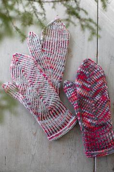 Pystyraitalapaset intialaisella peukalokiilalla Mittens Pattern, Knit Mittens, Mitten Gloves, Knitting Socks, Knit Socks, Knitting Patterns Free, Free Knitting, Knitting Ideas, Striped Mittens