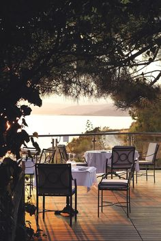 Set on a large, wooden balcony overlooking the island of Ammouliani, Kamares by Spondi offers a memorable dining experience with its unique menu, designed by two-star Michelin chef Arnaud Bignon. It is ideal for a degustation menu, a candlelit dinner or to celebrate a special occasion.  #eaglespalace #eaglesresort #kamaresbyspondi #kamaresrestaurant #finedining #halkidiki #chalkidiki