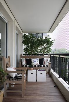Cozy way to set up a balcony in your apartment.