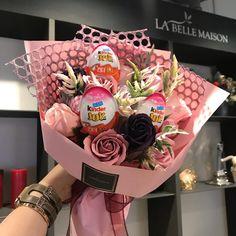 킨더조이꽃다발은 상시주문되셔요 💓 - #대구꽃집#킨더조이 #킨더조이꽃다발#라벨메종 💓 Creative Birthday Gifts, Cute Birthday Gift, Creative Gifts, Candy Bouquet Diy, Gift Bouquet, Diy Gifts For Friends, Gifts For Kids, Bouquet Ferrero, Chocolate Flowers Bouquet