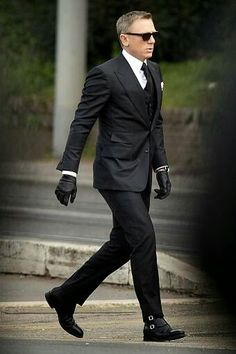 À rome pour le nouveau james bond, daniel craig endosse le costume tom ford Gentleman Mode, Gentleman Style, Estilo James Bond, New James Bond, James Bond Suit, James Bond Style, Tom Ford James Bond, Terno Slim, Style Masculin
