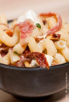 Salade de pates tomates séchées, pancetta et fromage frais