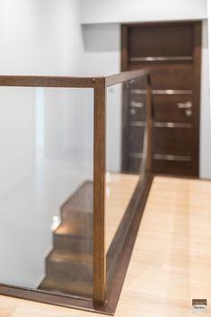SCHODY DYWANOWE. BALUSTRADA SZKLANA, OSADZONA W SCHODACH ORAZ SŁUPKACH I POCHWYCIE. Realizacja w Rybniku – Sob-Drew Schody drewniane Basement Family Rooms, Kuta, Staircase Design, Ladder, Building Homes, Ideas, Stair Design