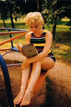 "beauvelvet: "" ""Marilyn Monroe reading Ulysses by James Joyce. Photographed in 1955 by Eve Arnold. "" She kept 'Ulysses' in her car and had been reading it for a long time. She said she loved the sound of it and would read it aloud to herself to try to. James Joyce, People Reading, Woman Reading, Divas, Fotos Marilyn Monroe, Marylin Monroe Body, Marilyn Monroe Death, Photos Rares, Annie Leibovitz"