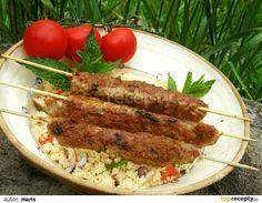 Maso promícháme s vajíčkem, kořením, solamylem a drobně nasekanými bylinkami - nešetříme s nimi. Špejle obalíme masem a opékáme na grilu.