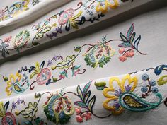BEAUTIFUL VINTAGE CREWEL WORK HAND EMBROIDERED LINEN TABLE CLOTH