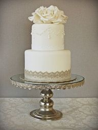 This is how to decorate an elegant wedding cake. Simple but beautiful! #weddingcakes